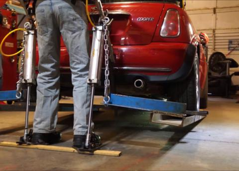 Житель Канады смог поднять автомобиль с помощью экзоскелета (ВИДЕО)