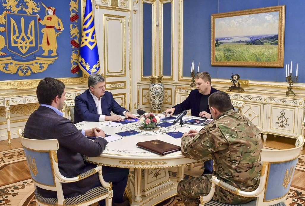 Порошенко взял ход расследования погибели полицейских вКняжичах под собственный контроль