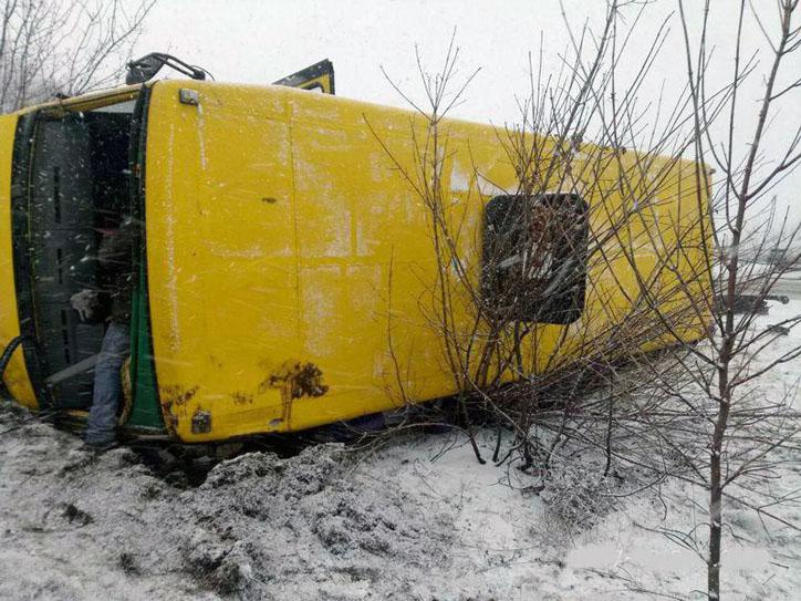 Под Славянском перевернулся автобус стуристами, есть пострадавшие
