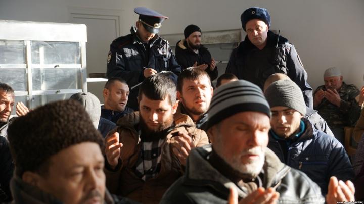 ВСимферополе обыскивают дом крымского татарина, самого владельца увезли неизвестно куда