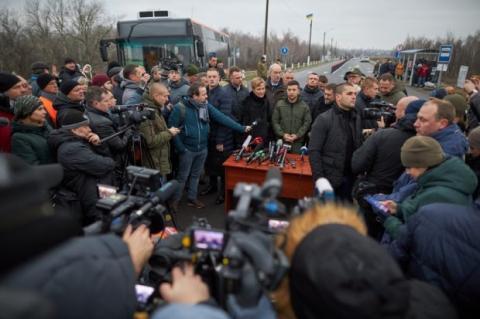 Зеленский принял участие в открытии моста в Станице Луганской: видео, фото