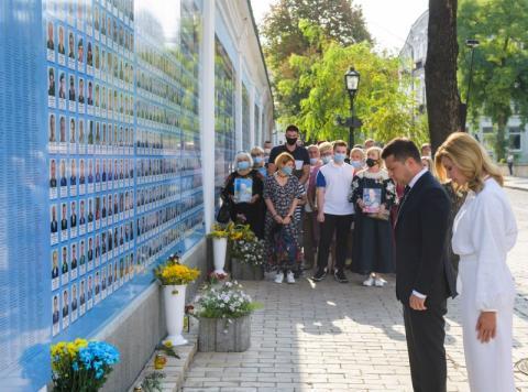 Президент с супругой почтили память воинов, погибших при защите независимости Украины